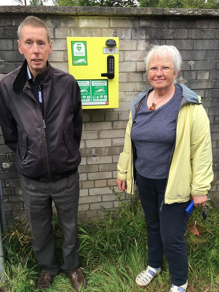 Susan Pyart and Huw Williams with the defibrillator